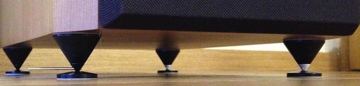 Die in-akustik Spike Pic-40 mit Protection Plate-40 kamen in schwarzer und schwarz-weißer Variante. Die Spikes lassen sich mit einer Metallstange höhenverstellten, zu sehen links vorne.