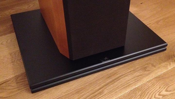 Brett-Spiel: auch mit der Audio Exklusiv d.C.d. Base 1 unter der Box ist der Klang offener, luftiger und viel ausgewogener
