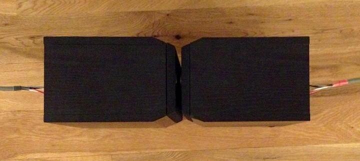 Die linke Box korrekt, die rechte invers angeschlossen und mit dem Gesicht zu einander in 5 cm Abstand aufgestellt – schon löschen sich Teile des Rauschens gegenseitig aus