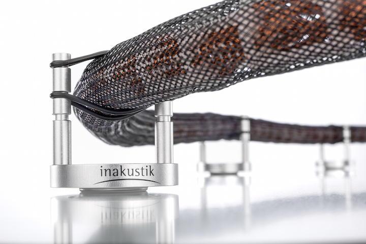 Python in der Luft: Die in-akustik Referenz Cable Base entkoppelt Kabel von Fußböden und anderen Oberflächen