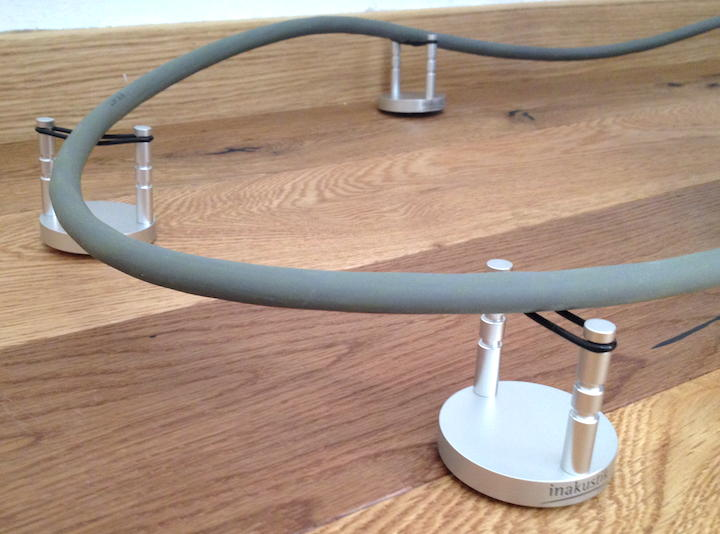 Abgehoben klingt besser: auch die relativ steifen StraighWire Melody Lautsprecher-Kabel können die in-akustik Referenz Cable Bases vom Boden heben, was mit klanglichem Zugewinn belohnt wird