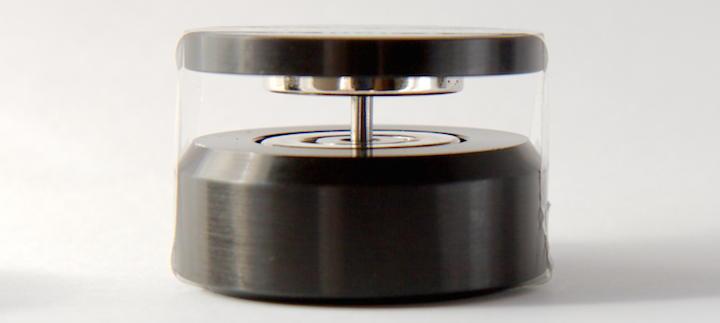 Nur mit Tesa möglich: Um einen zusammen gesteckten NeoLev solo fotografieren zu können, müssen die magnetischen Teile mit Klebeband fixiert werden.