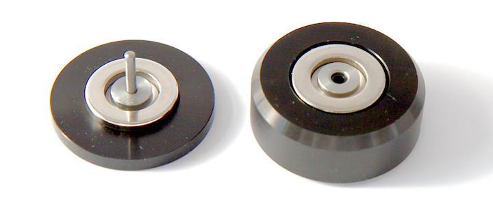 Zwei Hälfte, ein Glück: Die Oberseite eines NeoLev bilden ein flacher Deckel und ein Stift, die Unterseite ein solider Fuß mit Aufnahme für den Stift.