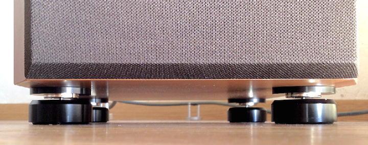 Abgehoben: Die NeoLevs entkoppeln die Box mittels Magnetismus vom Boden und halten sie wie auf einem Luftkissen schwebend.