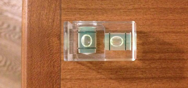 Die Wasserwwage zeigt es: Die TritonAudio NeoLevs halten die Box von selbst in Waage – selbst auf schwimmendem Parkett