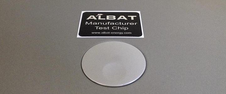 Gelegt statt geklebt: In der Annahme, dass Kontakt genügt, liegen zum Test je ein Chip auf Amp, DAC und Mac – allerdings mit dem Gesicht nach unten.