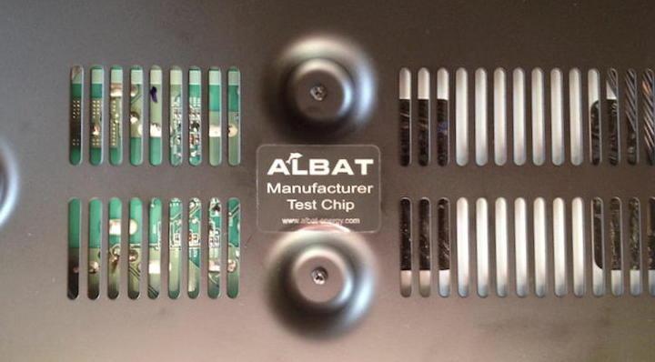 Als erstes der Verstärker: Der Albat Manufacturer Test Chip klebt mittig auf der Unterseite des symmetrisch aufgebauten Yamaha A-S1000