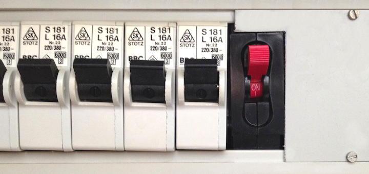Schwarz-weiss im Sicherungskasten: Während die herkömmlichen Automaten mäßig klingen, liefert der GigaWatt Sicherungsautomat audiophil hilfreichen Strom