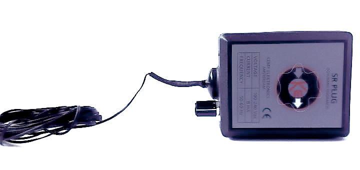 Kurzer Kasten, lange Antenne: Der Schumann Resonanz Plug von Kemp Elektronik hat eine 2,5 Meter lange Antenne dabei