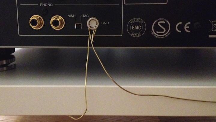 Angeschlossen an die Phono-Klemme des Verstärkers bringt die Erdung des Racks mehr Klarheit und Definition