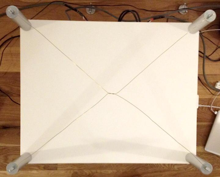 Kreuzweise: Unter der Top-Platte sind die Drähte diagonal verlegt und in der Mitte verdrillt.