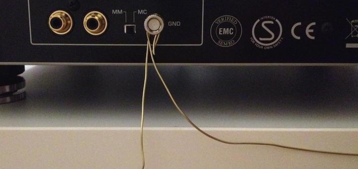 Angeschlossen an die passende Klemme des Verstärkers bringt die Erdung des Racks mehr Klarheit und Definition