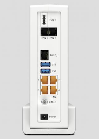 Bekannte Vielfalt hochkant sortiert: Anschlüsse der Fritzbox 6590 Cable