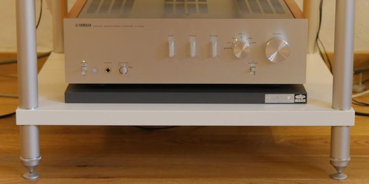 Das Label auf der rechten Seite zeigt an, dass die creaktiv Sound Control Base etwas dunkler klingt