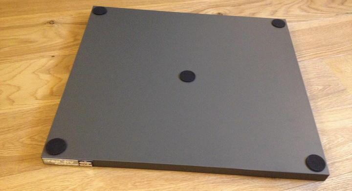 Rückenlage: Die beigelegten Moosgummi-Sticker sollen die Oberfläche des Racks schützen