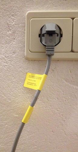 Ab in die Dose: Um die Haus-Erdung einzubinden, wird der Schuko-Stecker einfach in eine freie Steckdose im Raum gesteckt