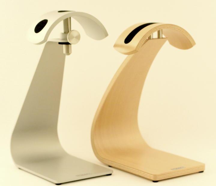 Attraktiv und nützlich: Die Kopfhörer-Stative Room's FS Professional (l.) und Room's FS, hier in Buche
