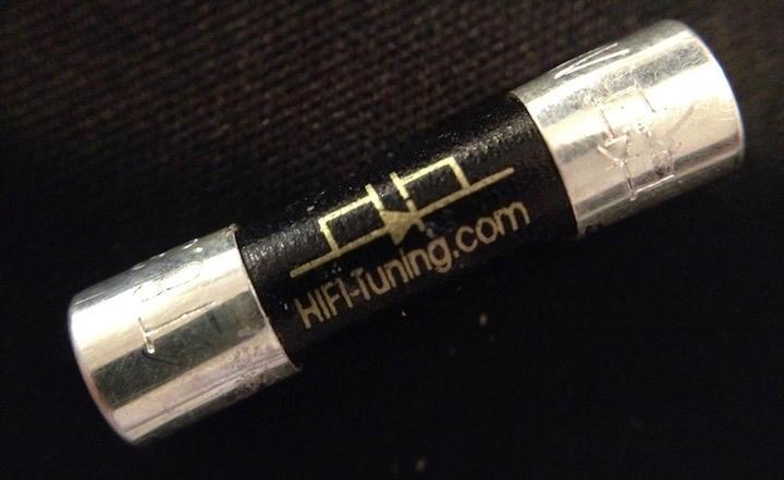 Optisch weniger spektakulär als die vergoldete Kupfer-Sicherung, aber aus dem elektrisch besseren Leiter gefertigt: Die HiFi-Tuning Supreme Feinsicherung aus (beinahe) Rein-Silber