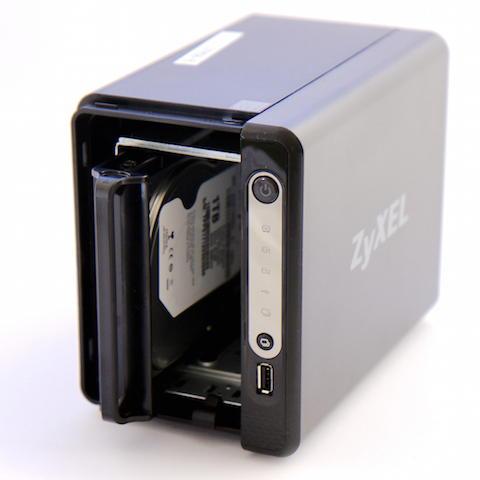 Ab in die Kiste: Die montierten Festplatten schiebt man einfach mit dem Rahmen zurück ins NAS – Kontakt finden sie so ganz von selbst