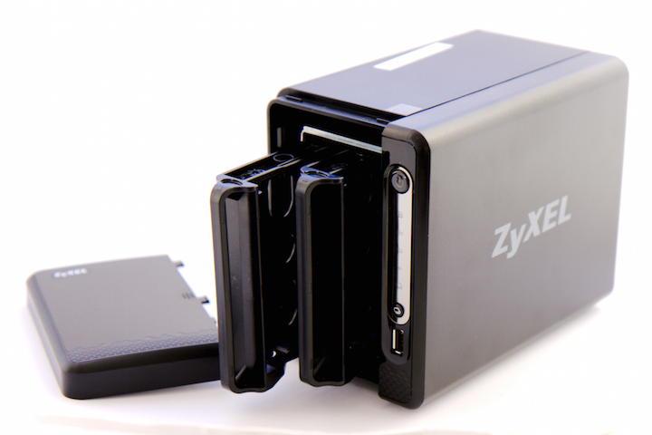 Deckel auf, Schlitten raus – die Montage der Festplatten macht Zyxel dem Nutzer leicht.