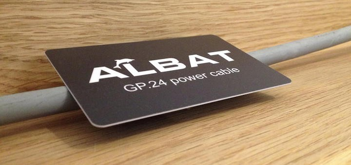 In der Schwebe: Die Albat GP.24 power cable Card verfeinert den Klang durch einfaches Auflegen